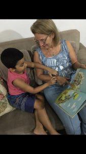Eliane é a vovó que está sempre por perto compartilhando amor, carinho e livros